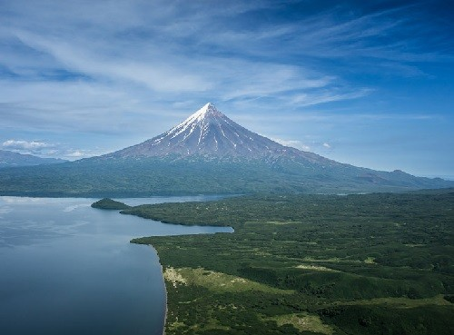 Kronotsky volcano. Active volcano on the east coast of Kamchatka. The height of 3528 m, the top - ribbed cone