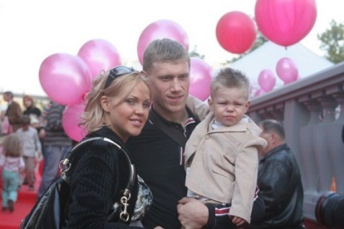 Russian footballer Pavel Pogrebnyak, his beautiful wife Maria, and their son