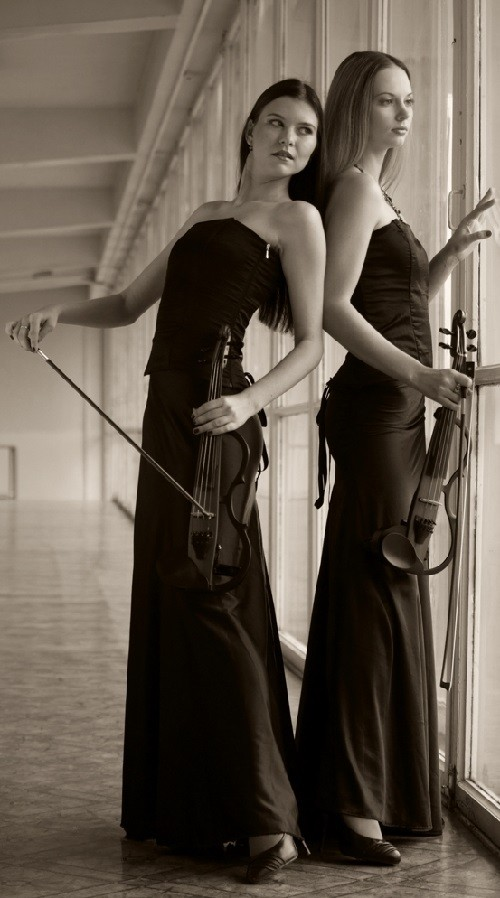 Violin duo V-PLAY