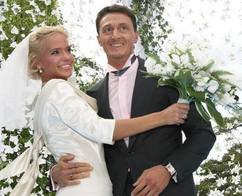 Russian celebrities unequal marriages. Alexander Chistyakov and Russian singer Natalya Ionova, better known by her stage name Glukoza. The difference in age - 12 years