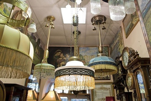 Retro interior - chandeliers, paintings