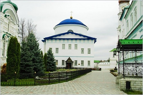Another major temple of the monastery is the Cathedral of the Georgian Mother of God, built in 1835-1842 by architect MP Korinfsky