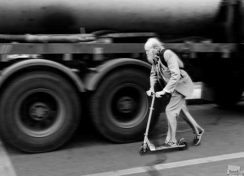 Grandpa hurries on a date. Photographer Vasily Chekorin. Moscow