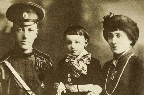 Gumilev and Akhmatova with their son - the future historian, who was arrested in 1938