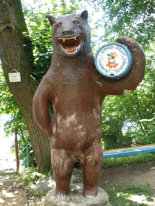 Monuments to Bear in Russia. Want honey - take care of nature, says the bear