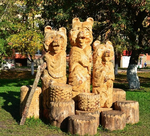 Monuments to Bear in Russia. Wooden sculpture of bears in Saransk