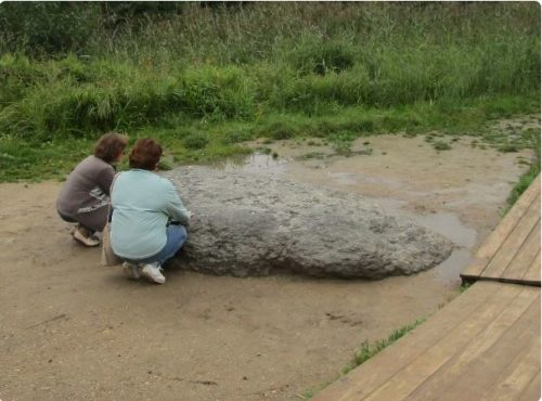 Blue Stone Sin-Kamen. Modern tourists clung to the Blue Stone on Lake Pleshcheevo with a request for healing