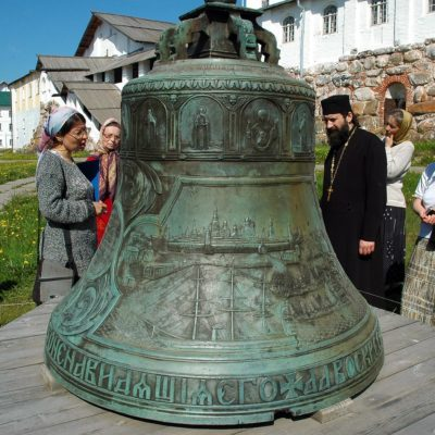 This bell, cast at the Yaroslavl bell factory of S. D. Charyshnikov on the personal initiative of Emperor Alexander II, was brought by the emperor as a gift to the Solovetsky Monastery.