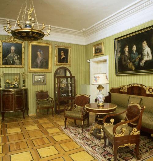 Estate Muranovo. Green living room