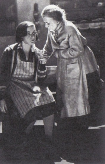 V.N.Popova (Geta Fent) and M. Blumenthal-Tamarina (Mother Flint), Potassium cyanide F. Wolf. Theater of the former Korsch, 1930.