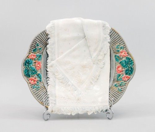 A DRYER WITH A STYLIZED TOWEL OF THE KUZNETSOVSK PORCELAIN FACTORY Russia, the beginning of the 20th century. Manufacturer Kuznetsovsky Porcelain Factory