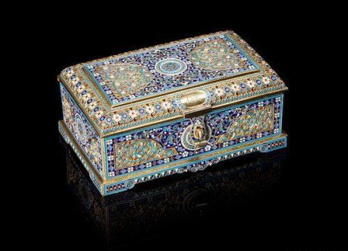Cloisonné enamel gilded silver box with clasp (6.5 x 15 x 9.5 cm), Antip Kuzmichev, Moscow, 1895