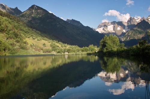 Озеро Туманлы-Кель окружают горы Домбая