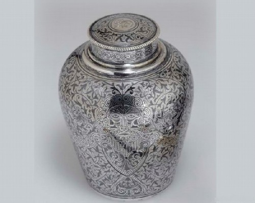 Silver caddy decorated with niello (height 11.5 cm), Antip Kuzmichev, Moscow, 1896-1908