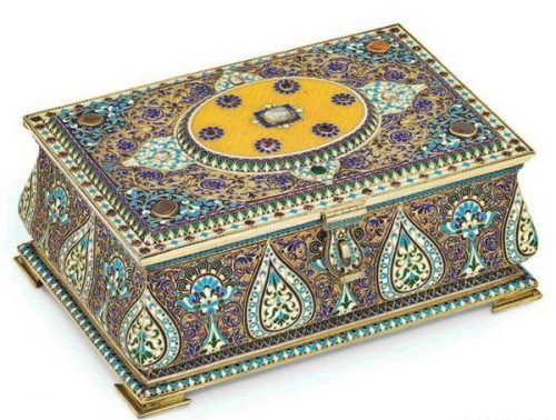 Silver gilded box decorated with garnets, cloisonné and guilloche enamel (length 21 cm), Antip Kuzmichev, Moscow, 1899-1908
