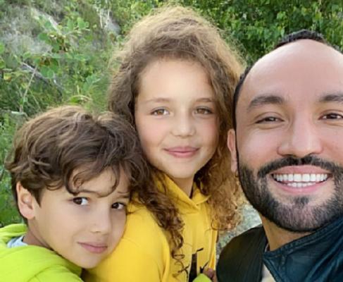 Serdar Kambarov with children